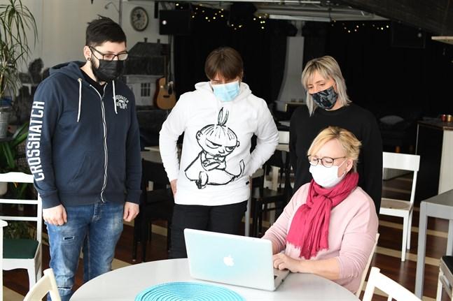 Via den virtuella mötesplatsen kan ungdomarna spela, umgås och prata eller ställa frågor till personer som jobbar med ungdomar, till exempel Andreas Skrifvars, Ann-Katrin Enqvist, Yvonne Backman, Nina Sjölander eller någon annan.