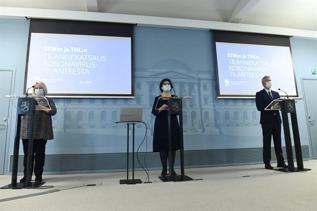 Liisa Näveri från Fimea, Liisa-Maria Voipio-Pulkki från Social- och hälsovårdsministeriet och Taneli Puumalainen från. THL på torsdagens presskonferens.