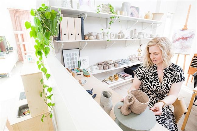 Finputsning och modellerande kan Maria göra inne i ateljén.
