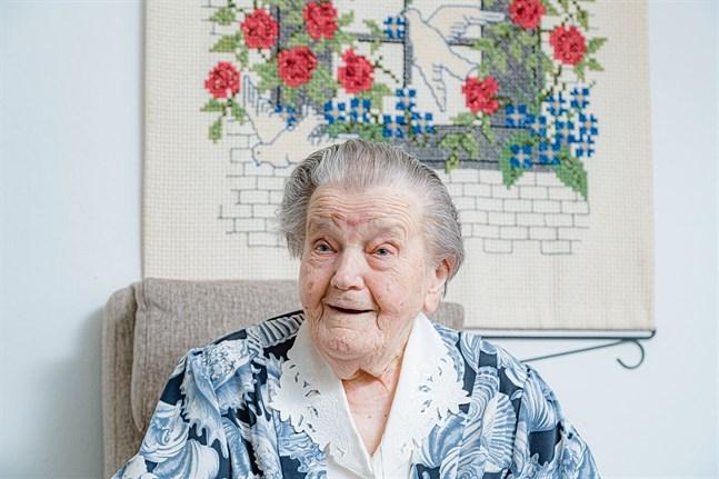 Martha Holmlund är en sprudlande glad hundraåring som är tacksam för den ålderdom hon fått.