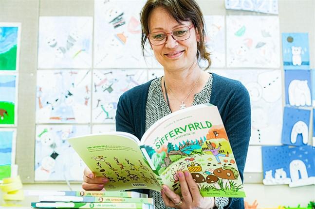Maria Stenberg är ursprungligen från Korsholm men har jobbat som lärare i Jakobstad och Helsingforsregionen. Arbetet med läromedel har gett henne mersmak.