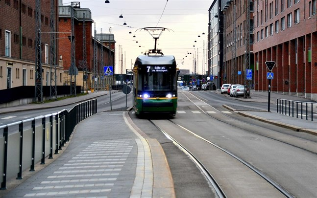 Från och med lördag får endast 50 procent av det normala passagerarantalet åka i fordonen inom Helsingfors och Nylands sjukvårdsdistrikt.