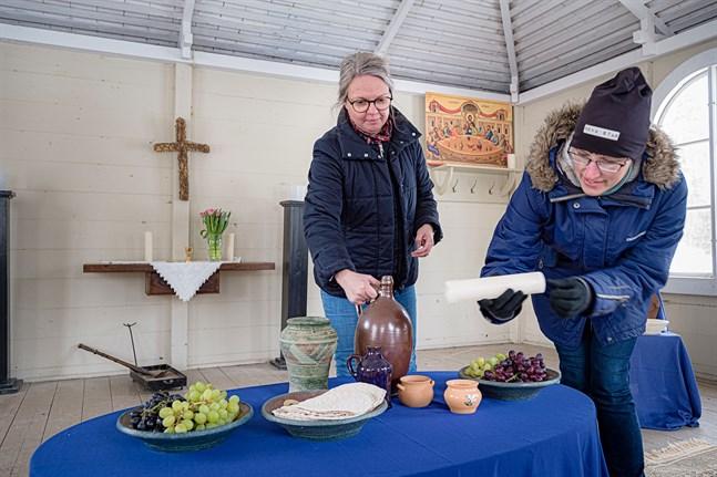 Catarina Nylund-Wentus, ungdomsarbetsledare och  Annette Tallgren, ledare för familjeverksamhet, gör i ordning den sista måltiden.