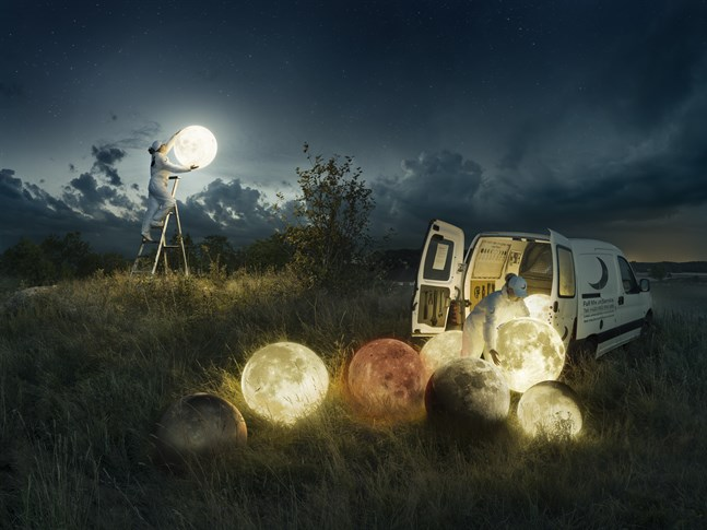 """""""Full moon service"""" (2017) av Erik Johansson."""