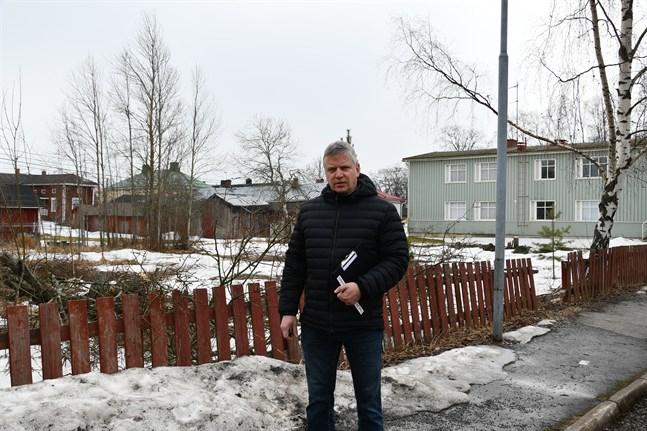 Tom Heinonen, vd för Kristinestads bostäder, vid tomten i hörnet av Skolgatan och Kyrkotorget där ett nybygge ska resa sig nästa år.