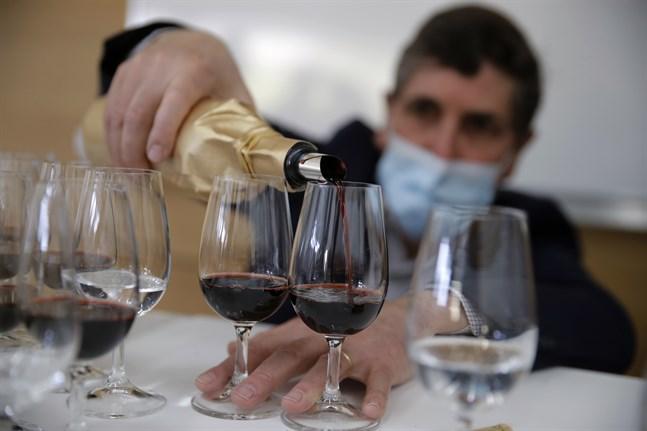 Rymdvin hälls upp för provsmakning i Villenave-d'Ornon i franska Bordeaux.