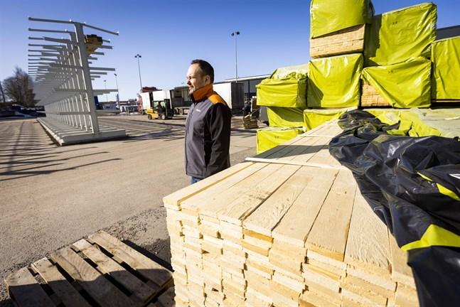 Om prishöjningar blir väldigt höga går inte ens de fasta priserna för råmaterial säkra. – Vi kan säga hur priserna ser ut första april men inte första maj, säger  Joakim Forss som är köpman på K-rauta i Vasa och Karleby.