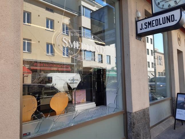 En inbrottstjuv slog sönder fönstret till Smedlunds uraffär på Storgatan i Jakobstad på natten mellan torsdagen och fredagen.