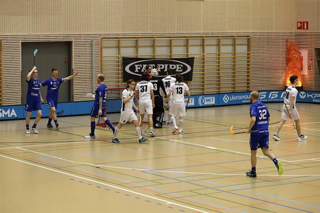 Ville Mattila (t.v.) och Jaani Nissilä firar Timo Salos 2–2-kvitteringsmål.