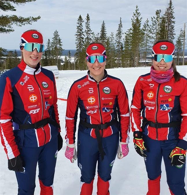 IF Brahes unga skidskyttegarde Teodora Westerlund, Amanda Nyfors och Rebecca Sandnäs gladde med en 16:e plats i damstafetten i FM.