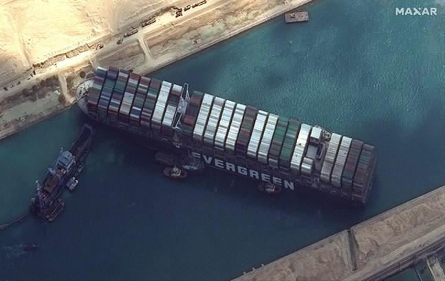Fartyget Ever Given sitter fast och spärrar kanaltrafiken mellan Medelhavet och Röda havet.