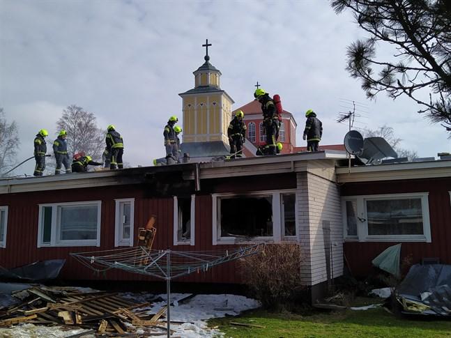 Den hyresbostad där branden började förstördes. Pensionärshemmet ligger nära Lappfjärds kyrka.