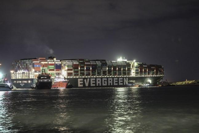 Det jättelika fartyget Ever Given ligger som en propp på tvären och blockerar trafiken i Suezkanalen.