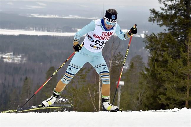 Riitta-Liisa Roponen på väg mot segern på 30 kilometer fritt i FM på söndagen.