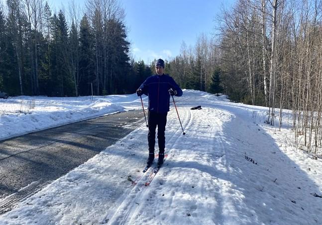 Tobias Åkerlund har ordentligt med skidkilometrar bakom sig. I torsdags åkte han på Gamla Närpesvägen, men spåret smälter sakta men säkert bort.