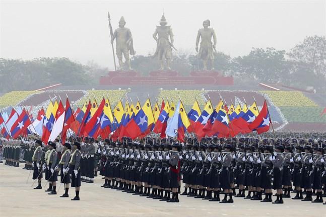 Soldater vid en parad i Naypyitaw under lördagen.