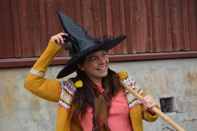 Följ med på påskäventyr uppmanar häxan Brynhilde (Susanne Marins) som här landat i Kristinestad.