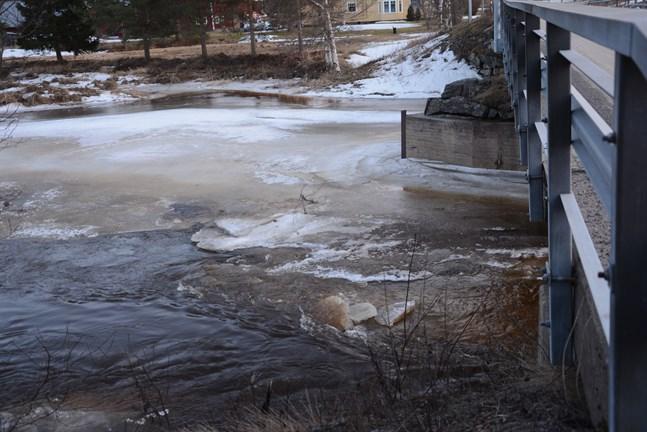 Enligt prognosen på måndagen infaller flödestoppen i Lappfjärds å före onsdag. Osäkerhetsmomentet är om isproppar skulle uppstå.