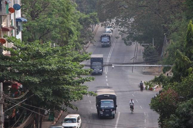 Säkerhetsstyrkor på gatorna i Myanmars största stad Rangoon på måndagen.