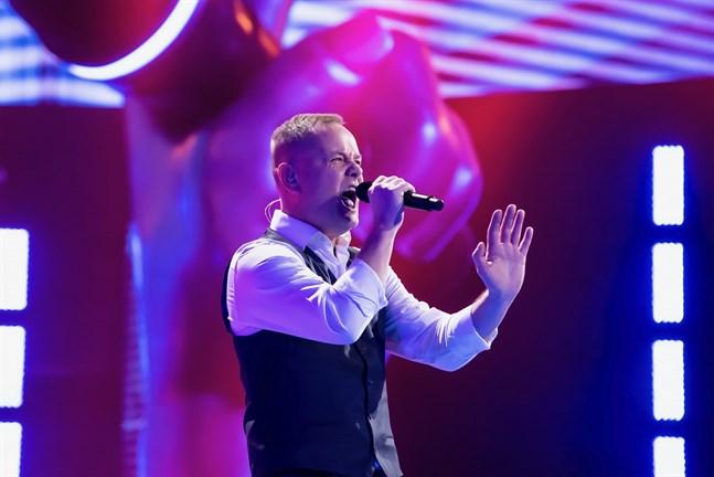 Ålänningen Walle Wahlsten har bra flyt i sångtävlingen The Voice of Finland. På långfredag tävlar han i kvartsfinalen.