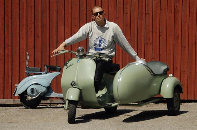 Patrik Hammarsten på sin Vespa Populär från 1953 med sidovagn i original. Han köpte sin första Vespa 1983 och är sedan dess fast.