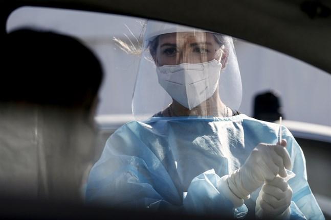 Sjukvårdspersonal covidtestar resenärer vid Leonardo Da Vinci-flygplatsen i Italiens huvudstad Rom.
