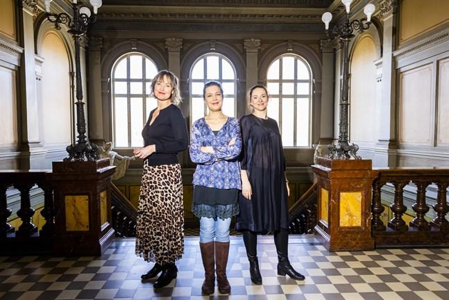 Mezzosopranen Jenny Carlstedt, till vänster, är solist på stadsorkesterns påskkonsert. Det är också Olga Heikkilä, till höger. I mitten står kvällens dirigent Jutta Seppinen.