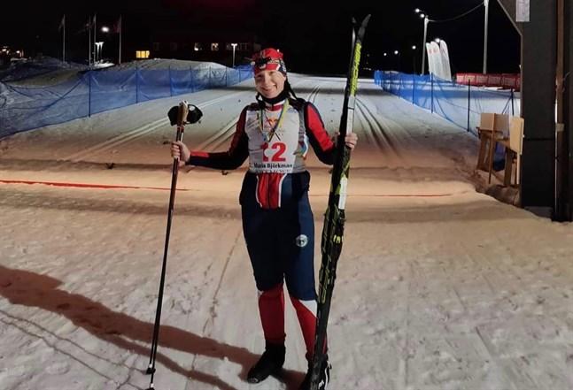Mörkret hade lagt sig då Maria Björkman åkte över mållinjen i Jokkmokk och under de sista milen skidade hon i skenet från en pannlampa.