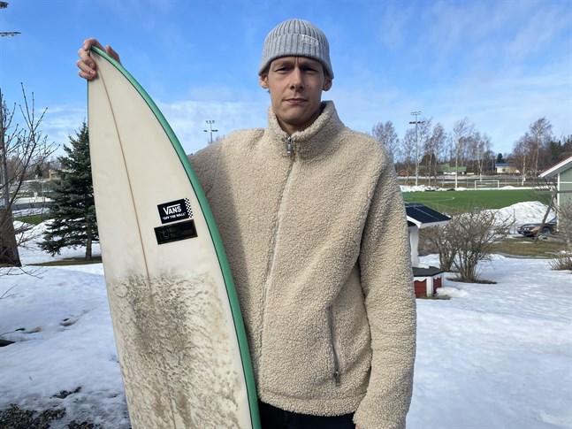 Kevin Kuusisto har surfingen som hobby. Hela vintern har han väntat på att få åka till Bali för att jobba som surfinstruktör.