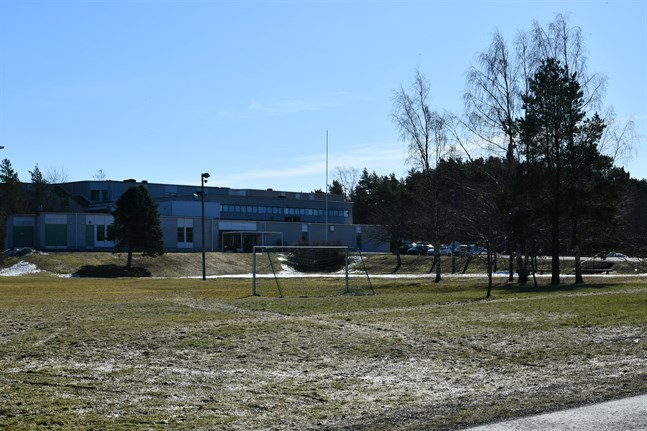 Det nya gemensamma högstadiet och gymnasiet föreslås byggas nära Skolbrinken, på det här grönområdet nedanför befintliga fastigheten. Nuvarande byggnad rivs, med undantag för slöjdsalen till vänster i bild.
