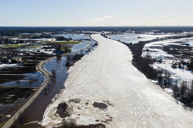 Kyro älv har svämmat över ut på åkrarna i Skatila i Korsholm. Risken för isproppar som kan förvärra översvämningarna är störst under onsdag och torsdag.