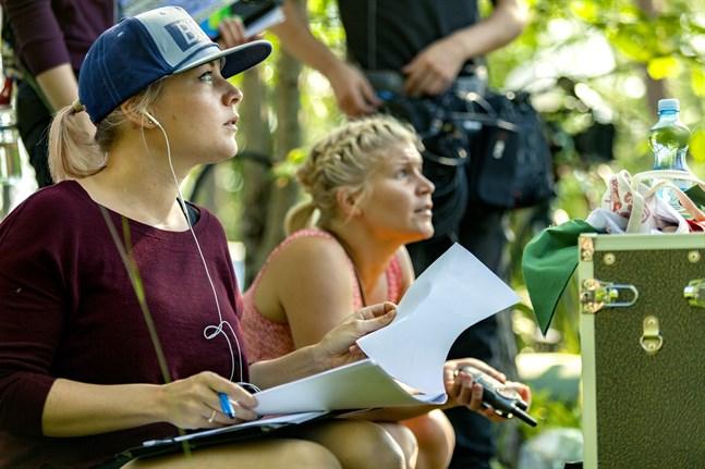 """Elin Grönblom skriver och regisserar kortfilmen """"Papp min är en alien!"""". Den här bilden är tagen under inspelningen av tv-serien """"Sommarkollo"""", som hon också skrev och regisserade."""