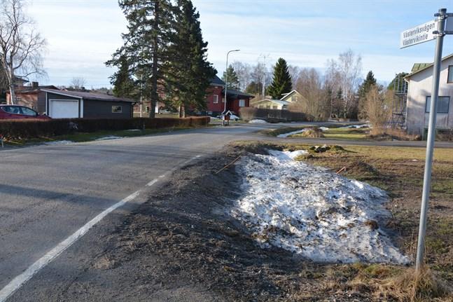Dagvattenledningar ska byggas längs Västerviksvägen i Närpes centrum. Samtidigt förbättras själva vägen.