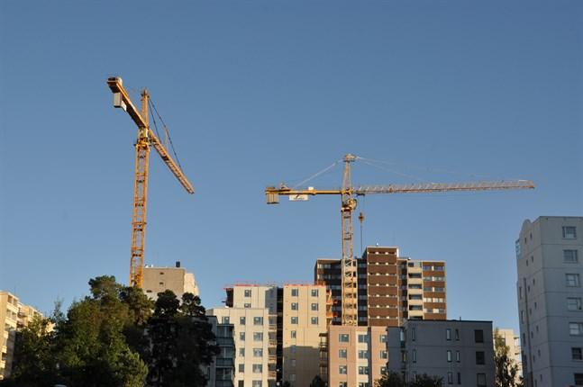 Byggarbetare har haft högst risk att insjukna i covid under början av året, visar en undersökning av Helsinki graaduate School of Economics.