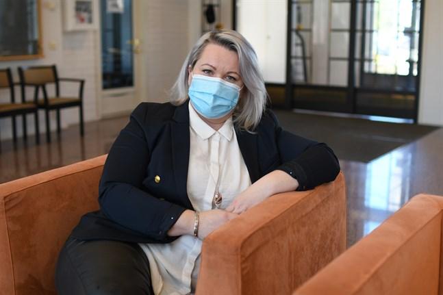 Närpes stads personalchef Marjo Österdahl tycker det är viktigt att staden visar personalen sin uppskattning för att de kämpat under coronapandemin.