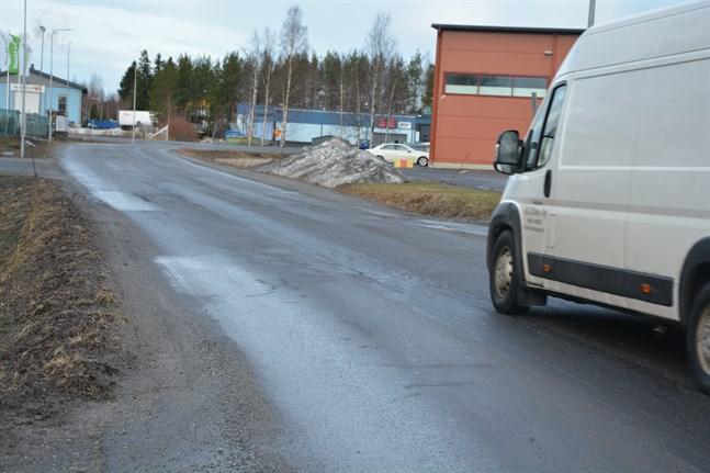 Nu kan byggandet av en gång- och cykelbana längs Tegelbruksvägen i Finby inledas. Den byggs på den norra sidan av vägen.