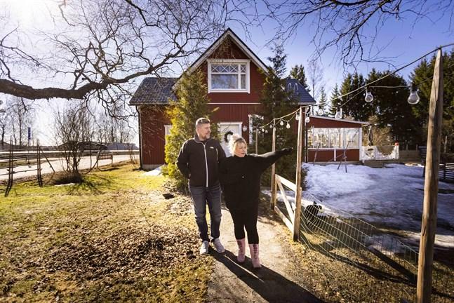 Huset i Helsingby är den första bostad som Ulf-Erik Örn köpt. Här har hans två barn vuxit upp. När han och Minna träffades för fem år sedan renoverade de fram ett drömhem.