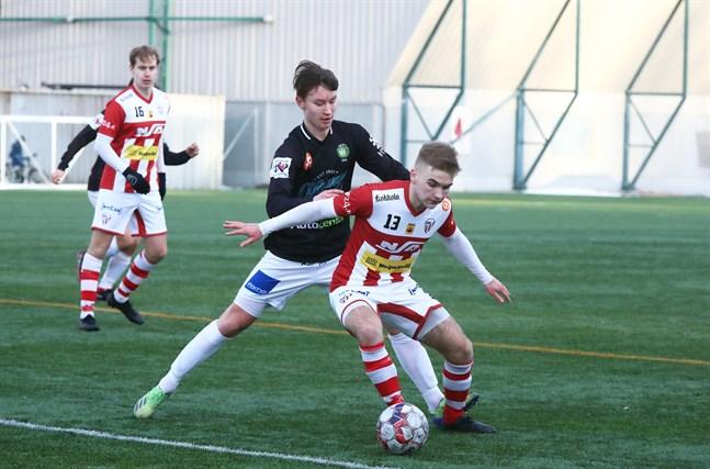Juuso Öst förde JBK till ledningen mot Kraft. Här uppvaktar Öst Elis Åström i en tidigare match mot GBK.