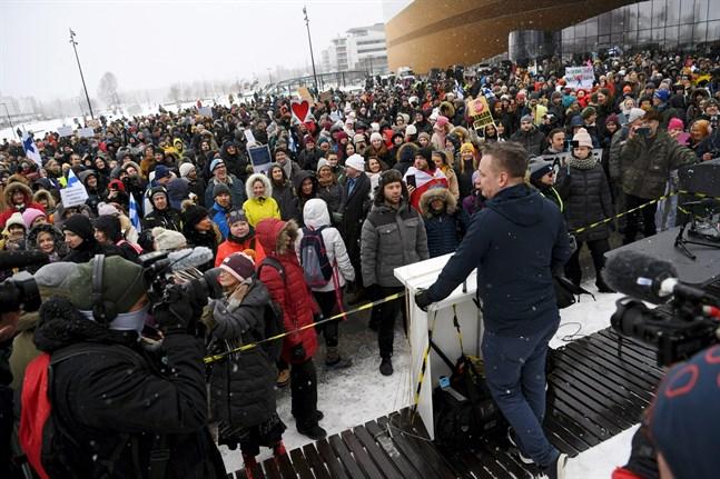 En stor demomstration mot restriktionerna ordnades i Helsingfors den 20 mars.