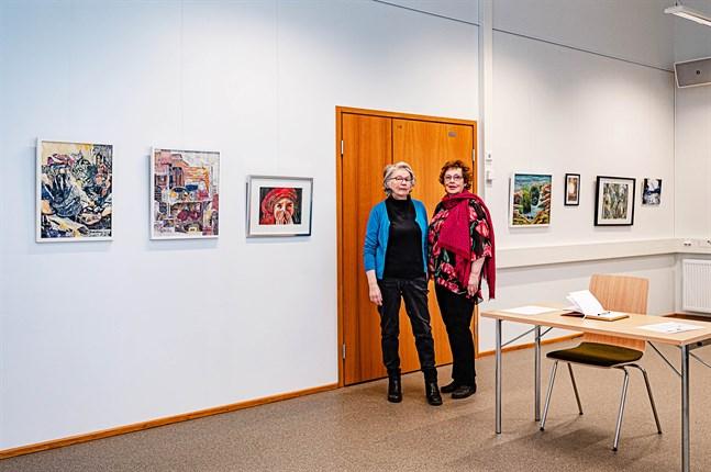 Tordis Ekman och Gunnel Byggmästar i Asta-salen, där Konstringen i Nykarleby har sin årsutställning.