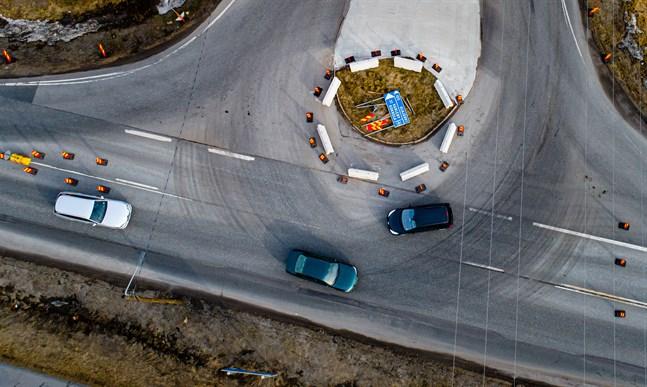 Vissa bilister har svårt att uppfatta rondellen. Speceillt bilister som färdas norrut, som den lilla svarta bilen i bilden, verkar ha svårigheter. Den tillfälliga rondellen längs 749 i samband med brobygget på Kållbyvägen.