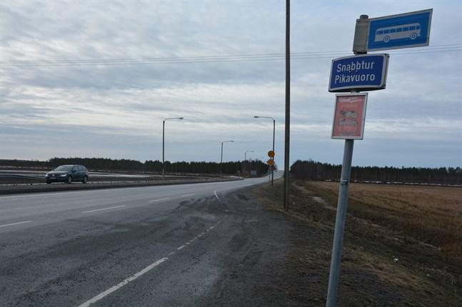 Behovet av en busskur invid riksväg 8 på Kallmossen har påtalats flera gånger. Nu föreslås att ett väderskydd reses där.