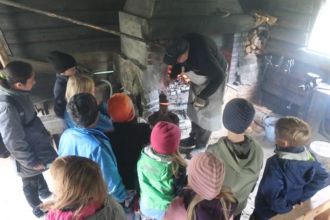 Kronoby hembygdsförening får 3 100 euro i verksamhetsbidrag i år. Bilden är tagen i Jouxholmens smedja hösten 2019 när föreningen ordnade en besöksdag för skolelever.