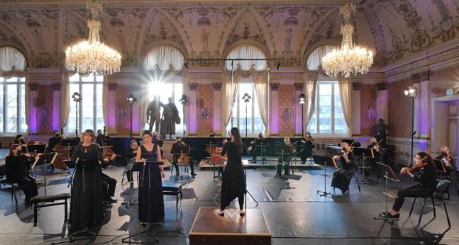 Så här kan det se ut under en strömmad konsert i stadshuset. Dirigenten Jutta Seppinen leder musikerna i Vasa stadsorkester och solisterna Jenny Carlstedt och Olga Heikkilä.