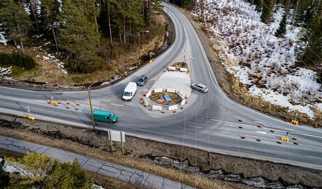 Biljakten i Jakobstad under måndag fick poliserna att gina i ilfart genom den tillfälliga rondellen på väg 749 för att rulla ut spikmattan intill ABC.