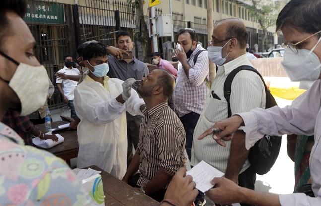 Covid-testning utanför en domstol i Bombay i den hårt drabbade delstaten Maharashtra.