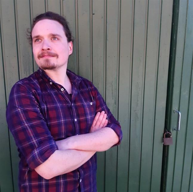 """Tobias Klemets fångar upp österbottniska sommarteatrar i sin podd """"Teaterpodden""""."""