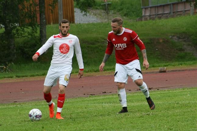 Nedim Ibric, här i Sportings vita bortaställ, har skrivit på för en fortsättning. Här kämpar han mot Kaskö IK:s Nicholas Lundenius i ett derby i fjol i Kaskö.