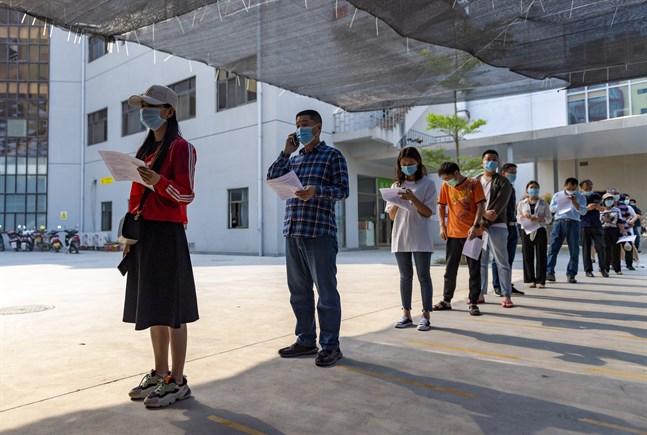Kö utanför Jingchengsjukhuset i staden Ruili i väntan på vaccin i torsdags.