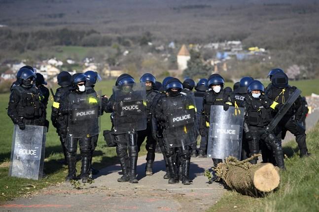 Schweizisk polis använde tårgas och gummiklädda kulor mot ett tusental demonstranter. Arkivbild.